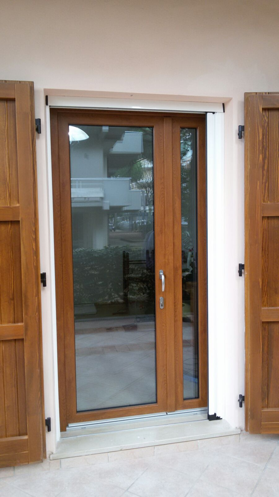 Doppie tende beige e bordeaux for Porta finestra d ingresso